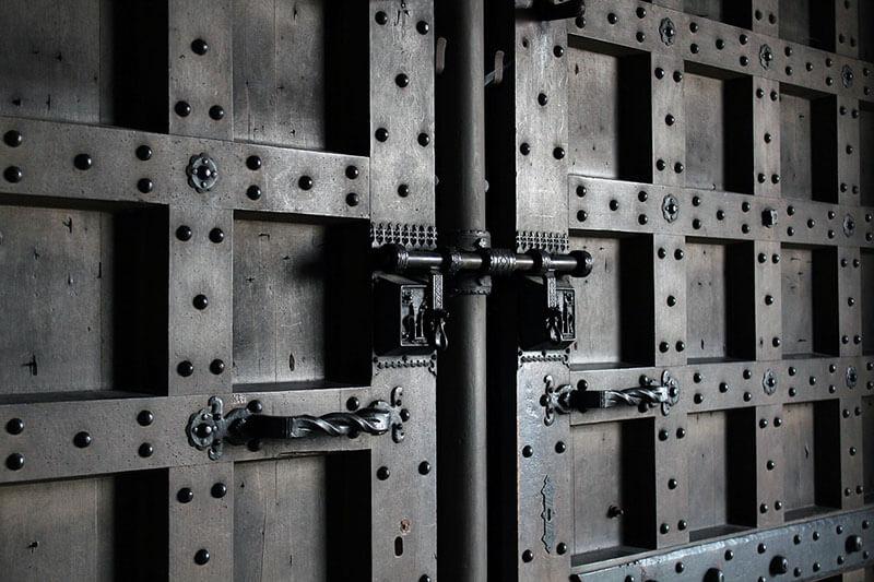 Какво трябва да знаем за вратите и сигурността на обществени и бизнес сгради?