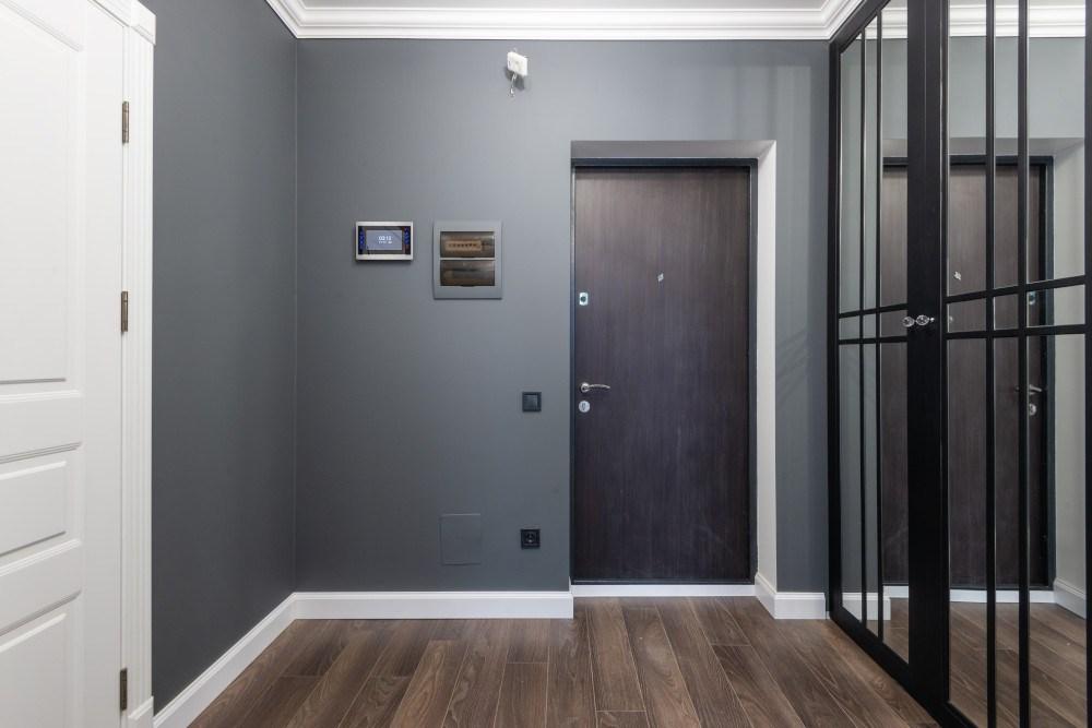 Тъмна входна врата и бяла интериорна врата