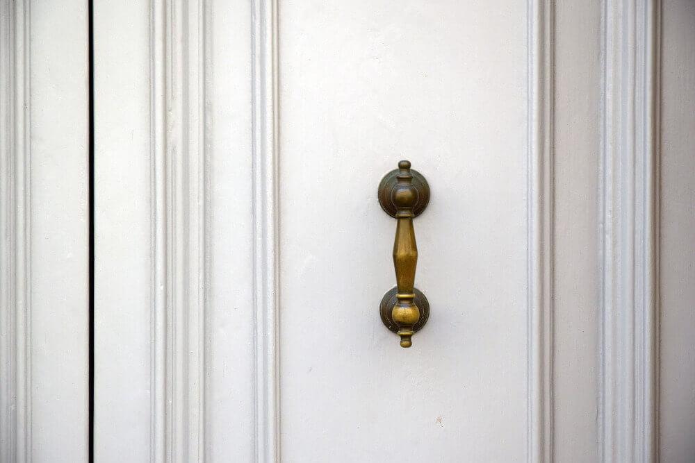 Бяла фрезована входна врата